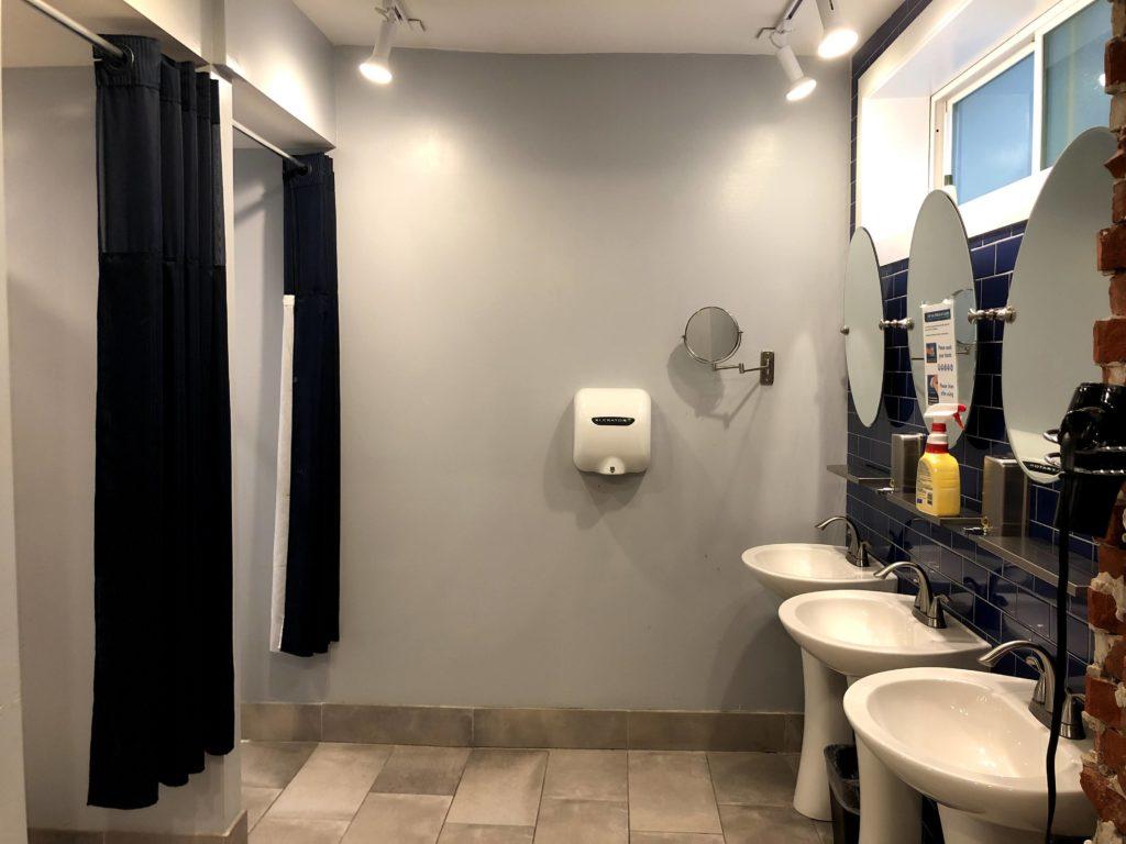 Apple Hostels of Philadelphia - shower room 1