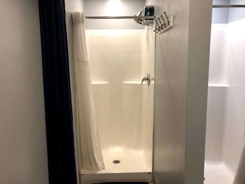 Apple Hostels of Philadelphia - shower room 2
